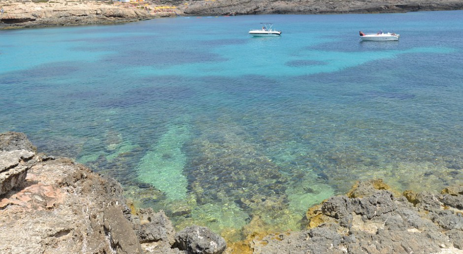 Wybrzeże włoskiej wyspy na Morzy Śródziemnym, Lampedusy, źródło: pixabay.com
