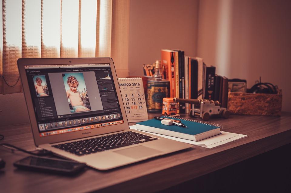 Co trzeci specjalista kończy swoje projekty w domu ze względu na brak możliwości skoncentrowania się w miejscu pracy. (Fot. Pixabay)