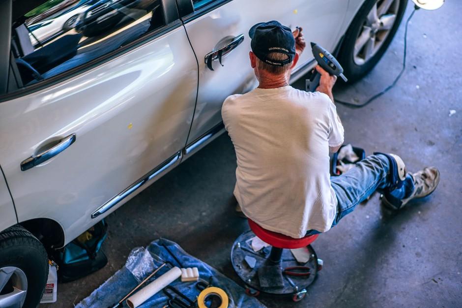 Dzisiejsze wymagania wobec pracujących w montowniach samochodów są znacznie wyższe, niż były jeszcze 30 lat temu, źródło: unsplash.com