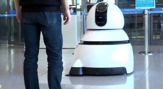 Na tym lotnisku pracują roboty. Sprzątają i udzielają informacji podróżnym
