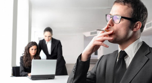 Firmy tracą przez palaczy miliony