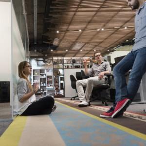 Miejsce do skateboardingu, huśtawki, konsola dla DJ'a. Tak wyglądają biura sprzyjające efektywności