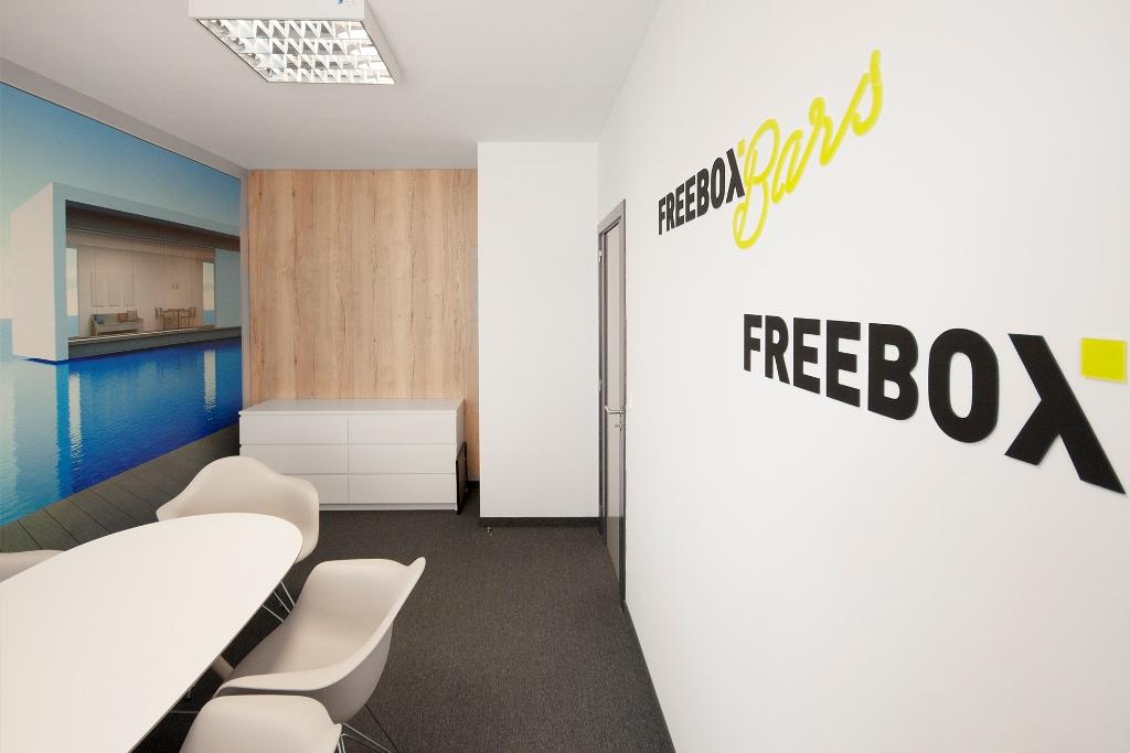 Logo umieszczone na ścianie, niczym neon zostało podświetlone światłem LED, dzięki czemu prezentuje się stylowo i nowocześnie, a równocześnie jest nawiązaniem do outdoorowej działalności firmy. (Fot. Mat. pras.)