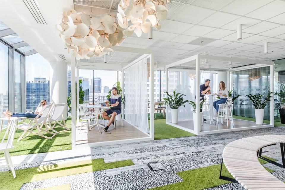 Jak wspominają projektanci, zależało im na stworzeniu biura, do którego chce się wracać. (fot. Adam Grzesik)
