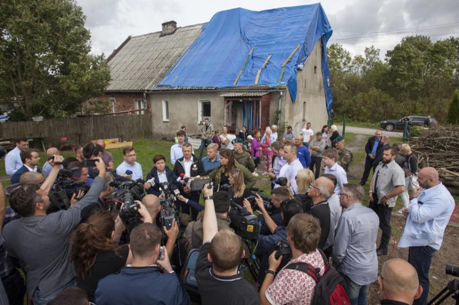 Premier Beata Szydło w czasie wizytacji dotkniętych nawałnicami terenów, źródło: Kancelaria Premiera RP/flickr.com/domena publiczna