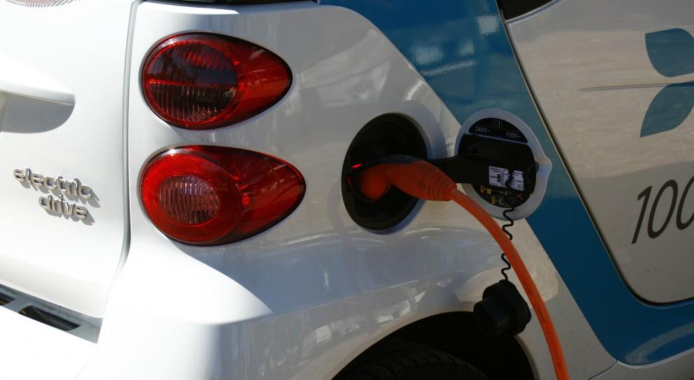 PGE Obrót: Pracownicy testują samochody elektryczne