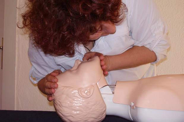 Firmy uczą pracowników udzielania pierwszej pomocy