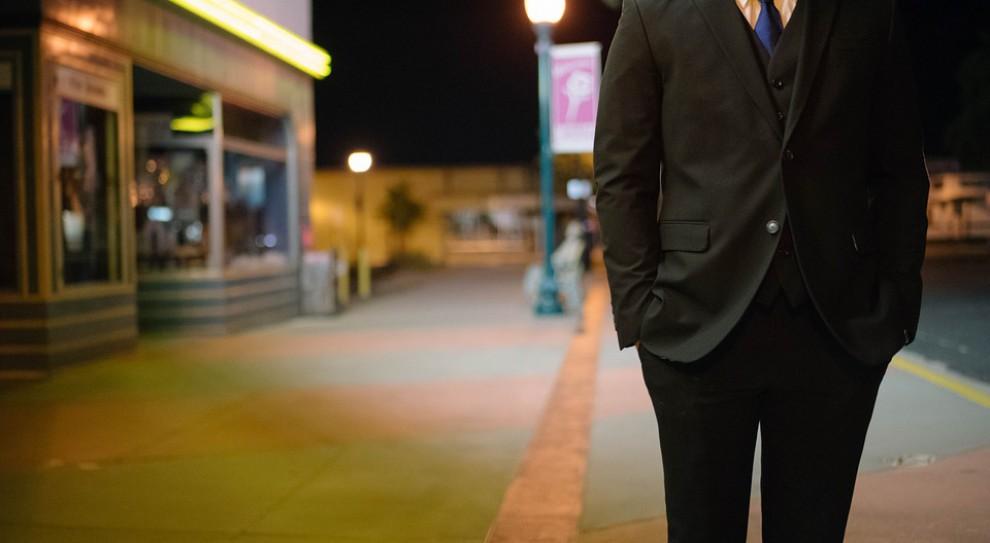 Męska klasyka, która się nie starzeje. Jak zmieniał się służbowy dress code?