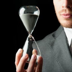 Czas to pieniądz. Dlatego Polacy pracują coraz dłużej