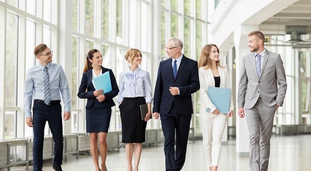 Power dressing: 10 zasad, które pomogą kobietom wyglądać profesjonalnie