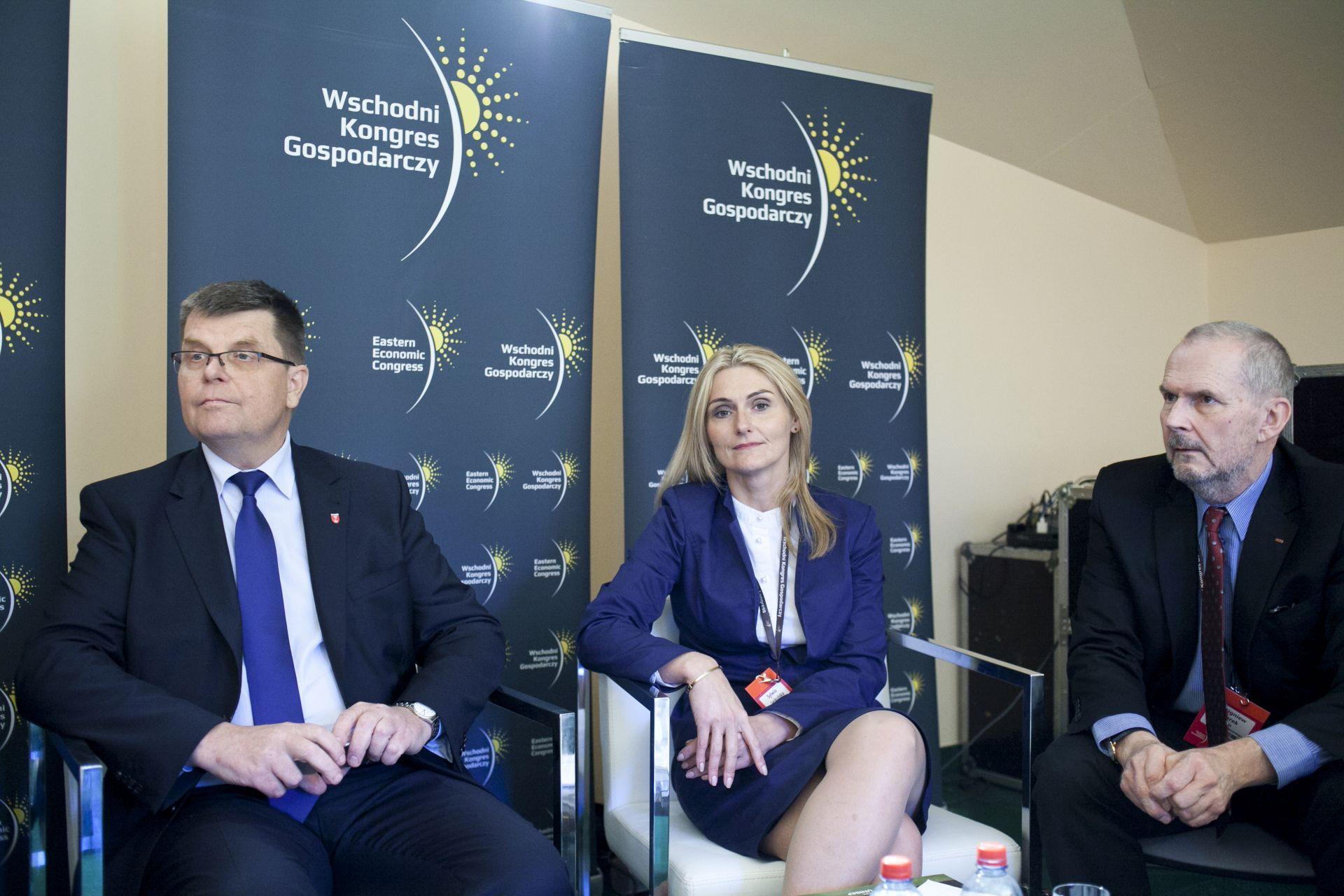 Od lewej: Jerzy Leszczyński, Sylwia Jaskulska (wicemarszałek woj. warmińsko - mazurskiego) i Zbigniew Żurek.Fot. PTWP / PP