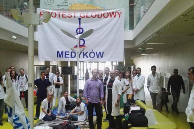 Rezydenci przedstawili obywatelski projekt i apelują do pacjentów