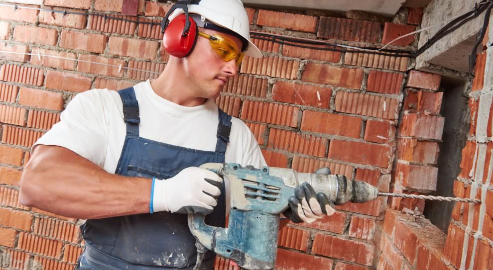 Zarobki w branży budowlanej: Ile zarabia murarz, ile majster, a ile kierownik budowy?