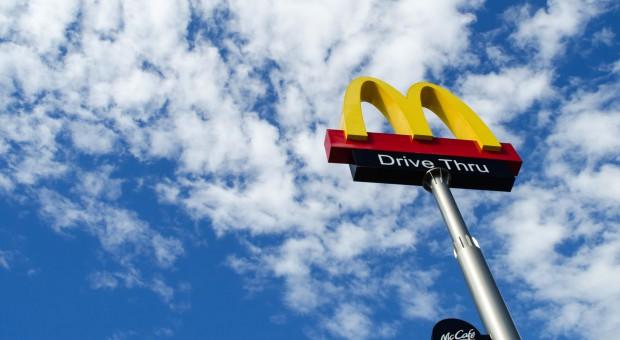 McDonald's szuka pracowników wśród niepełnosprawnych, młodych matek i osób 50+