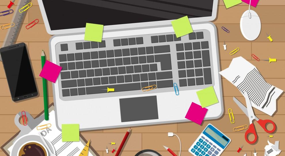 Praca przy biurku: Przez te błędy pracownik naraża firmę