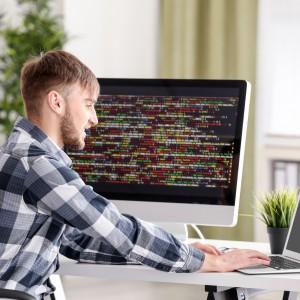 Praca na kontrakcie się opłaca. Co drugi programista zarabia minimum 12 tys zł.