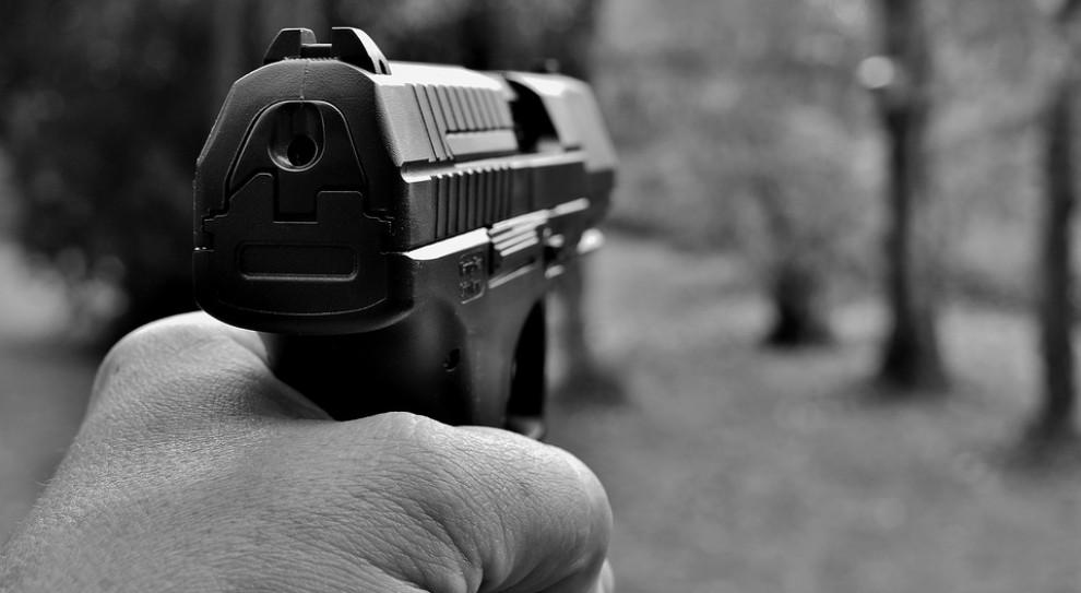Nietrzeźwy policjant postrzelił znajomego żony. Zostanie wydalony ze służby