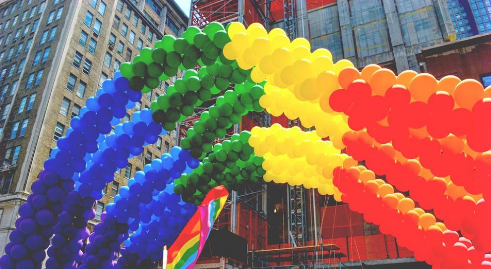 """Środowisko LGBT w pracy: Większość wciąż """"siedzi w szafie"""", bo boi się być sobą"""