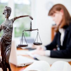 Prawnik in-house czy na zewnątrz? To zależy