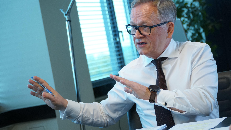 Wielu usługodawców nie jest w stanie cenami pokrywającymi pełne oskładkowanie wygrać zamówienia publicznego tak, by zatrudniać na umowy o pracę czy oskładkowane umowy zlecenia - mówi Grzegorz Dzik, prezes Impela.