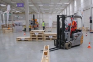 """Raben Logistics: """"taniec na wózkach"""" ma przypomnieć pracownikom o BHP"""