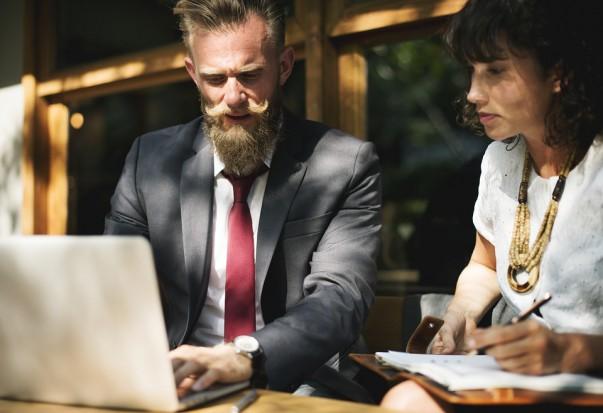 Prestiż zawodu sekretarki i asystentki budują wspólnie - asystentka i jej przełożony (Fot. Pixabay)