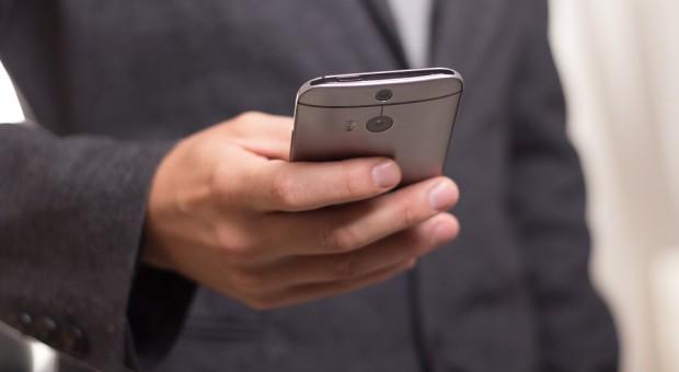 Przeciętnie 5 godzin - tyle czasu spędzamy codziennie przed smartfonem. Gorzej nie będzie