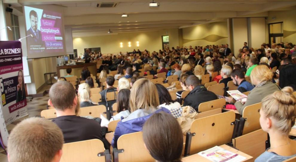 Wyższa Szkoła Biznesu w Dąbrowie Górniczej prowadzi bezpłatne szkolenia