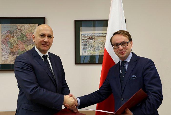 Minister Joachim Brudziński wręcza Krzysztofowi Kozłowskiemu akt powołania na stanowisko wiceministra MSWiA  (fot.mswia.gov.pl)