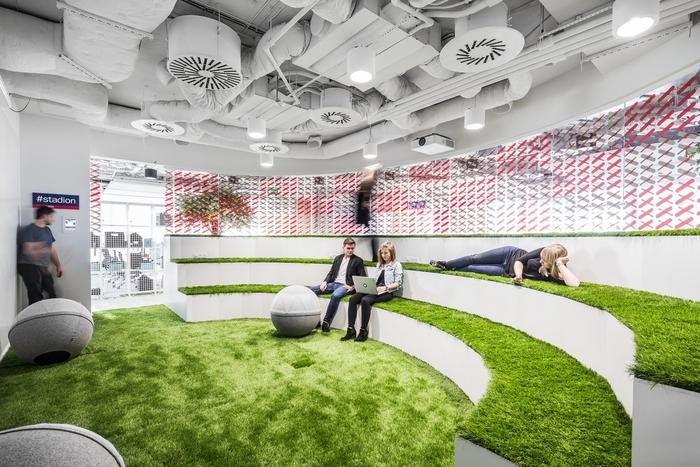 Niektóre pomieszczenia w MediaCom pomieszczenia przypominają najbardziej znane miejsca Warszawy, takie jak Stadion Narodowy (Fot. A.Grzesik/mat. pras.)
