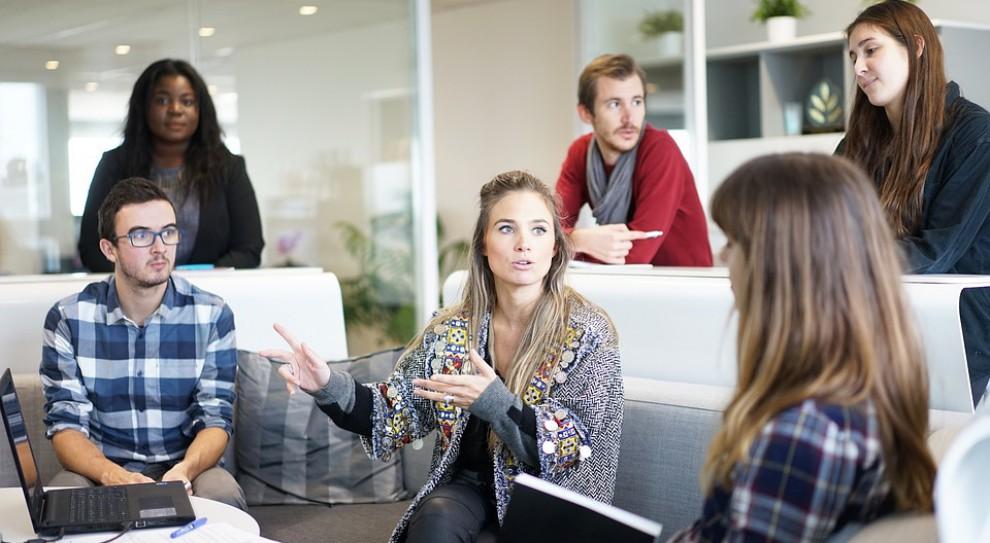 Jak się ubrać i jak budować pozycję w nowej pracy?
