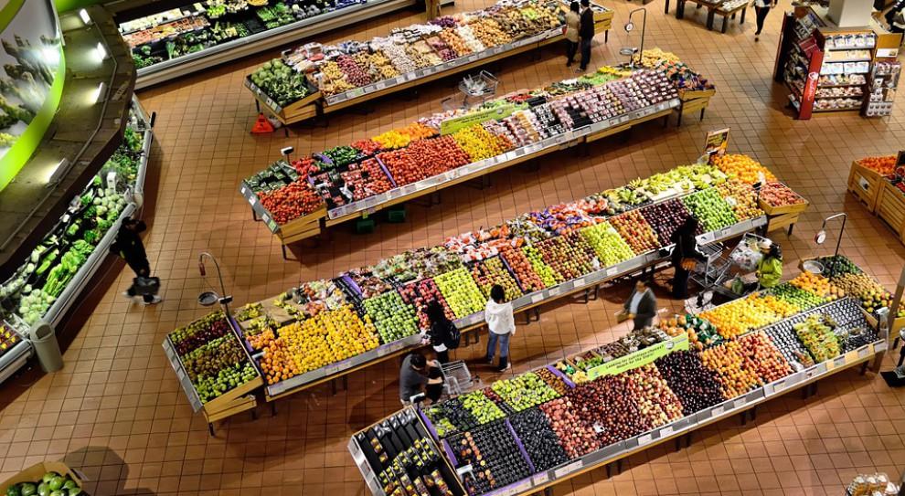 Tesco UK będzie rozdawać pracownikom żywność z bliską datą ważności