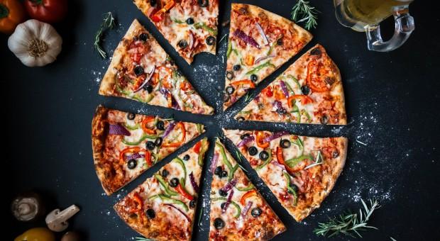 Radny uderzył przechodnia pizzą. Został oskarżony