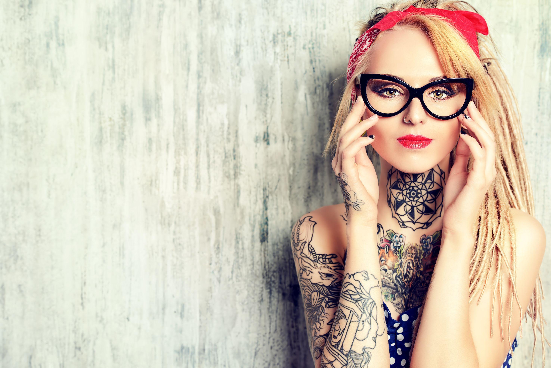 Zdarza się, że tatuaż może pomóc w dostaniu pracy – w pewnych firmach jest mile widziany (fot.shutterstock)