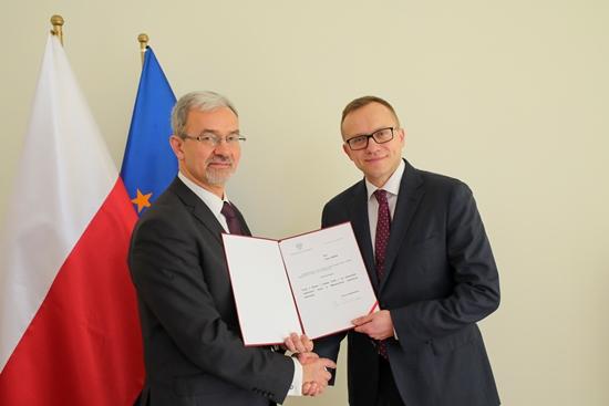 Artur Soboń odebrał z rąk ministra Jerzego Kwiecińskiego nominację na sekretarza stanu w Ministerstwie Inwestycji i Rozwoju(fot.miir.gov.pl/B.Kosiński)