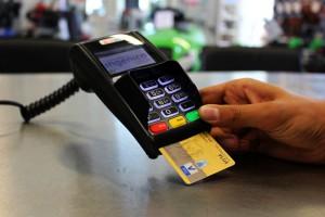 Polacy wolą kartę niż gotówkę