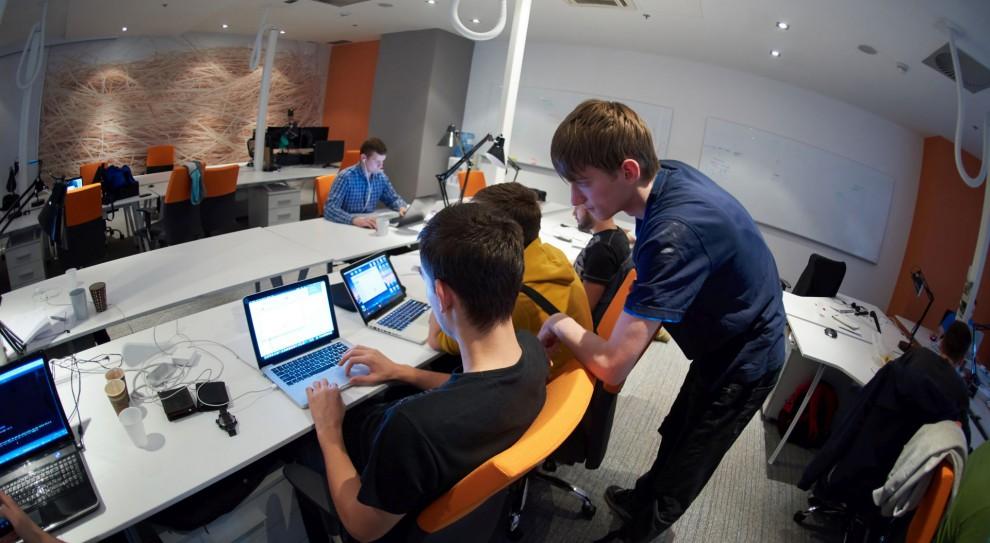 Praca w IT: Jak zostać programistą? Oczekiwania pracodawców rosną