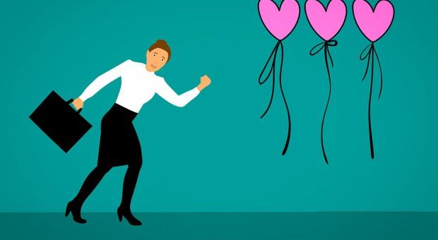 Wiele osób boi się relacji miłosnych, które rodzą się w pracy. (fot. pixabay)