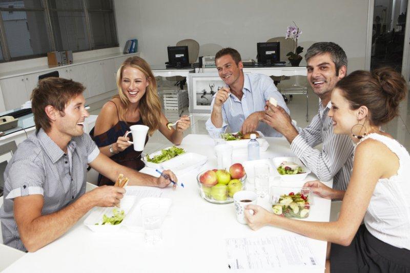 Według badań 57 proc. Polaków nie jada ciepłego posiłku w pracy, a 79 proc. żywi się kanapkami. Zaledwie 5 proc. ankietowanych zamawia do pracy zdrowy posiłek. (Fot. Fotolia)