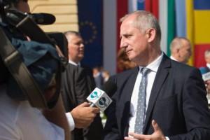 Neumann: Premier pod stołem wprowadza podwyżki dla urzędników