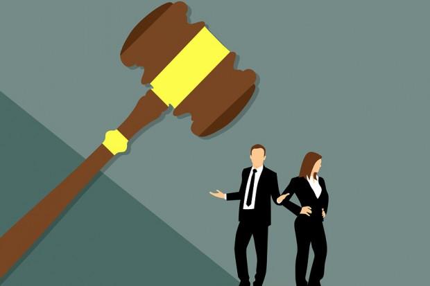 Sędzia prawomocnie skazany powinien tracić swój urząd. Tylko kto go skaże?