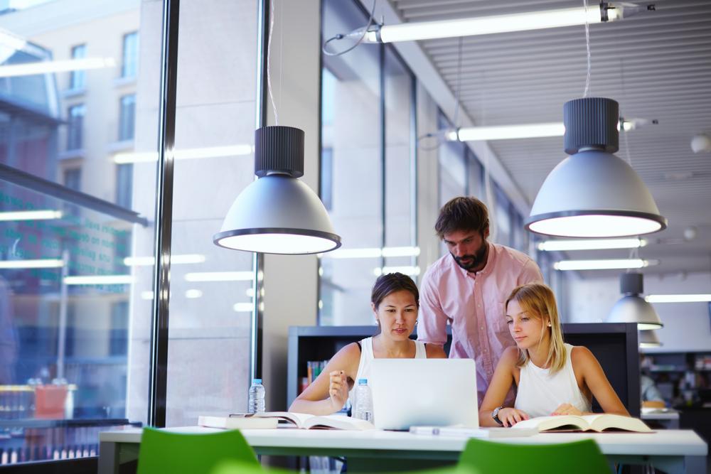 Coraz istotniejszy w pracy w biurze jest komfort pracy użytkownika z technologiami. Fot. Shutterstock