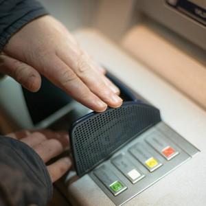 """Pracownicy banku uratowali seniorkę przed oszustwem """"na wnuczka"""""""