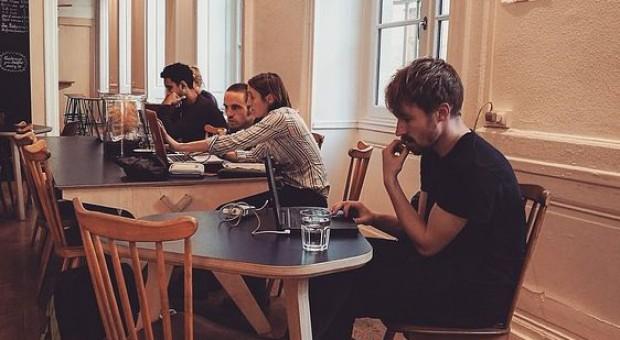 Praca zdalna z kawiarni? Raczej tylko od czasu do czasu i na chwilę - całodniowe przesiadywanie w kawiarni, aby w niej pracować, mocno obciąży nasz budżet. (fot. pixabay)