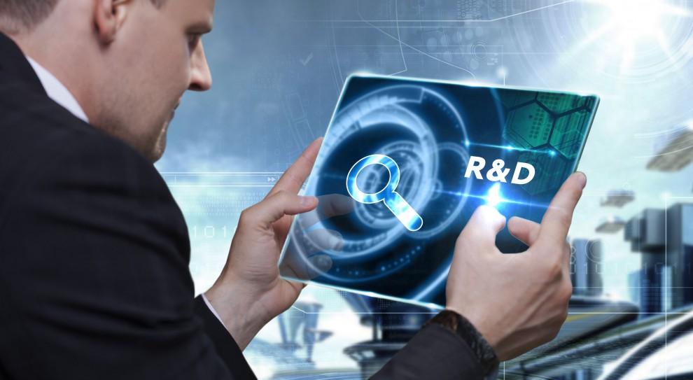 Wynagrodzenia w B+R: Ile zarabia specjalista, ile lider, a ile dyrektor ds. badań i rozwoju?