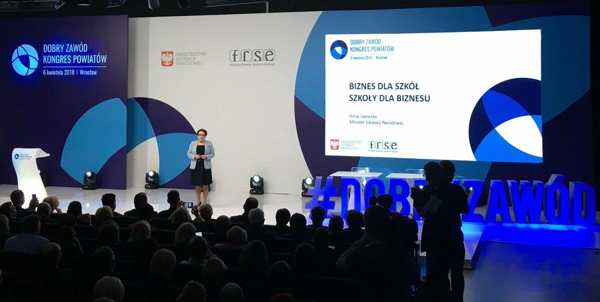 Minister Anna Zalewska chce, by uczeń przystępował w części pisemnej do egzaminu przeprowadzanego przez okręgową komisję egzaminacyjną w szkole, zaś w części praktycznej do egzaminu przed komisją izb rzemieślniczych (fot.twitter.com/MEN_GOV_PL)