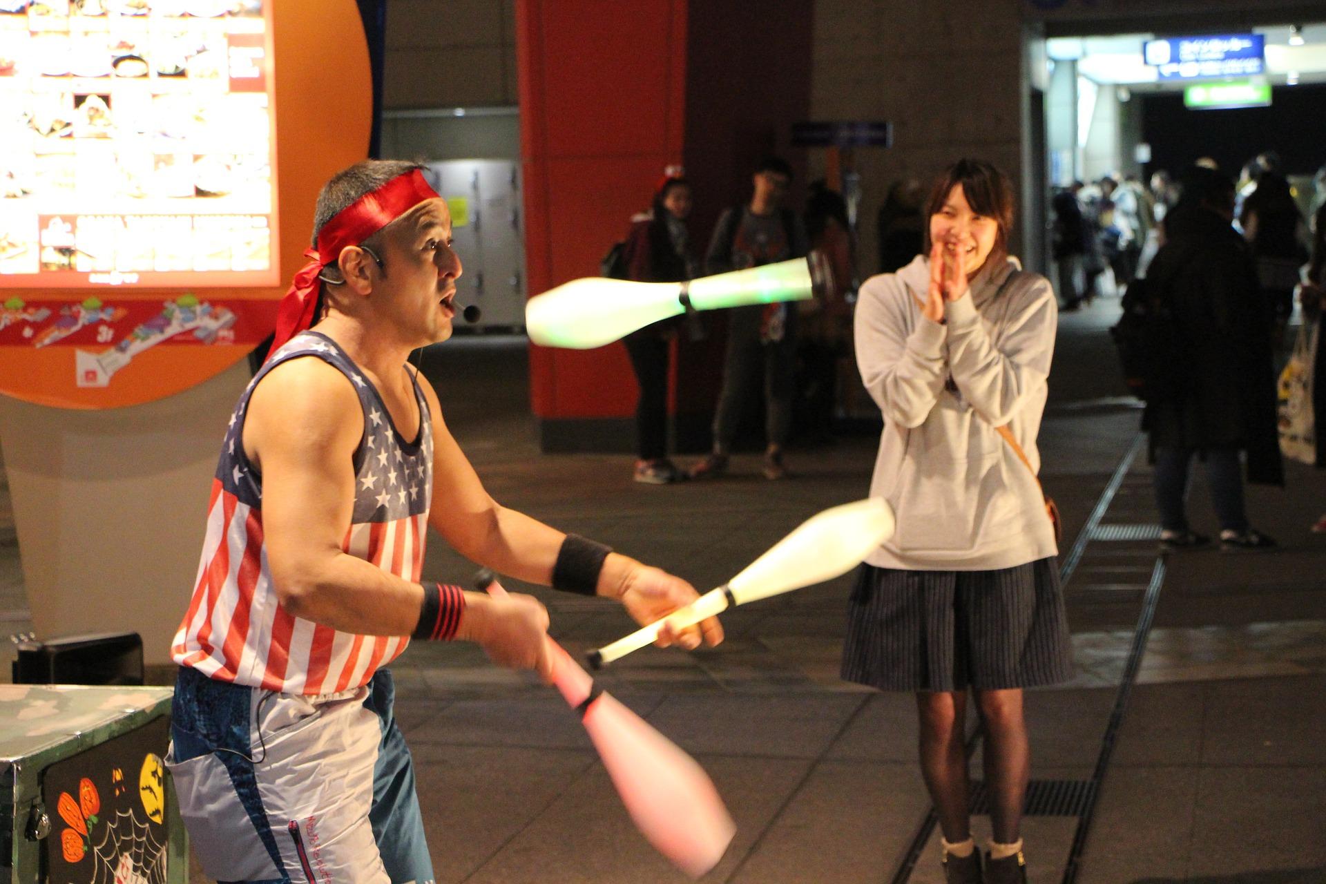 Mediana zarobków żonglerów w USA wynosi ok. 39 tys. dol. (Fot. Pixabay)