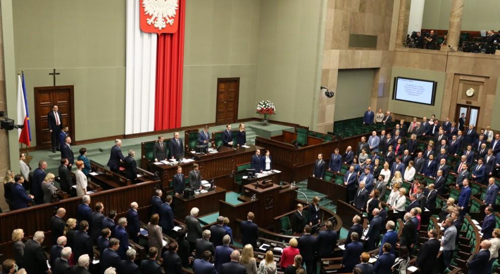 PiS złożył w Sejmie projekt ustawy ws. obniżenia wynagrodzeń parlamentarzystów