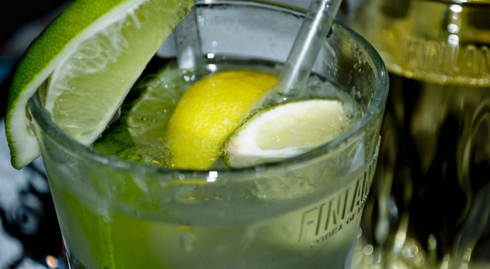 Drink po pracy? Naukowcy z Cambridge zbadali, ile drinków tygodniowo skraca życie