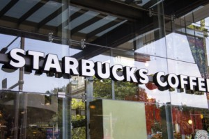 Starbucks zamknie tysiące kawiarni. Powód?